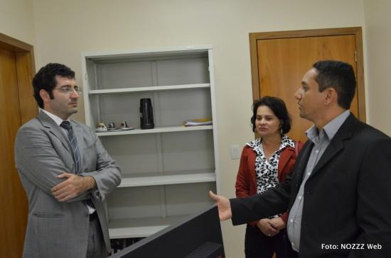 Representantes do SINDJUSTIÇA discutem com juiz Andrey Máximo Formiga (à esquerda) déficit de servidores na comarca
