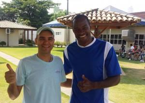 O Vice-presidente de Assuntos Esportivos e Socioculturais e coordenador do torneio, Kerner Gondim com o jogador Fabão