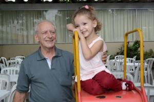 Osmar Pedro de Oliveira e a neta na festa do SINDJUSTIÇA