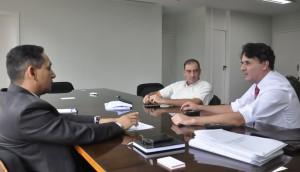 Fábio Queiroz e Fabrício Duarte levam reivindicações dos servidores ao diretor-geral do TJGO, Stenius Lacerda Bastos