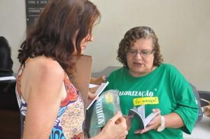 Diretoria do SINDJUSTIÇA entrega camisetas da valorização a servidores de Goiânia