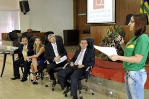 Servidora Letícia Lima lê Carta de Caldas Novas