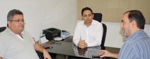 Fábio Queiroz e Fabrício Duarte recepcionaram Márcio Gleyson na sede do SINDJUSTIÇA