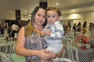 Flávia Elizia Teixeira, pela primeira vez, comemorou o Dia das Mães no happy hour