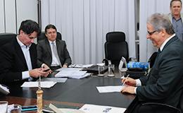 Presidente do TJGO, desembargador Leobino Valente assina ato de nomeação de aprovados no concurso. Foto: Cecom/TJGO