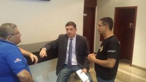 Presidente Fábio Queiroz esclarece posicionamento dos servidores ao deputado José Vitti (c). Presidente do Sindsemp, Márcio Bittencourt também participou do encontro