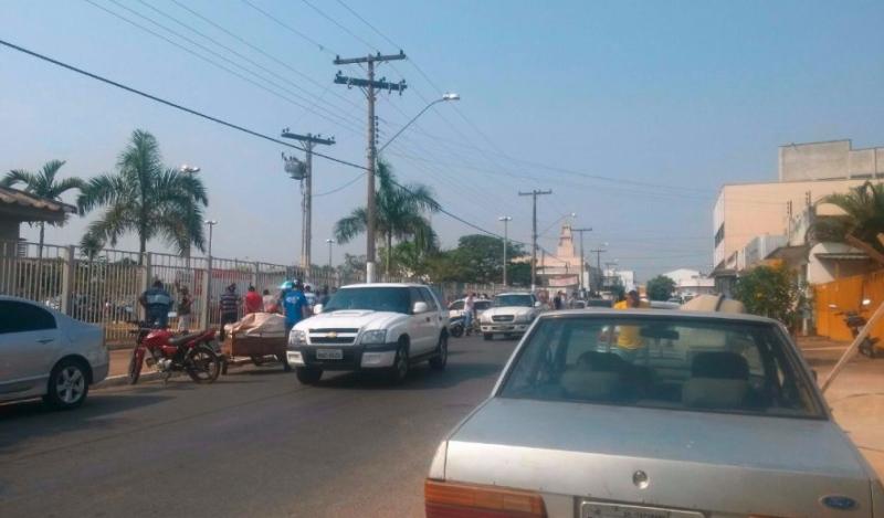 Movimentação em frente ao Fórum de Itapuranga. Foto do leitor/jornal O Popular
