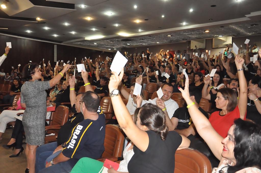Mais de 300 servidores compareceram à assembleia desta sexta, 27