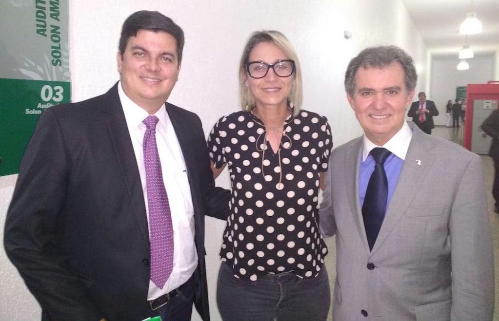 Ao lado do deputado Jean Carlo (à esquerda) e do desembargador Itamar de Lima, Mara Cristina faz diligências na Alego pela data-base de 2017