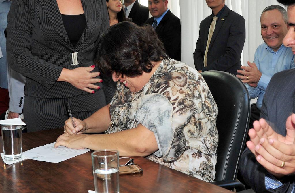 Presidente Rosângela assina documento que formaliza o pagamento da URV aos servidores